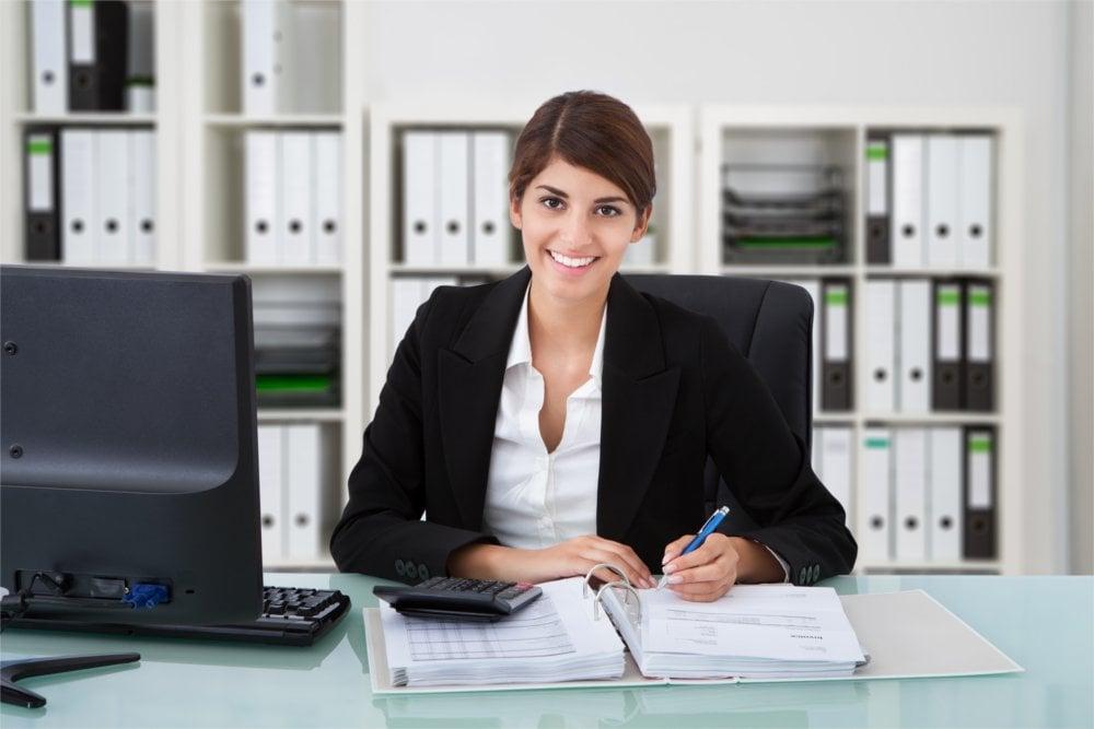 Księgowość w małej firmie – robić to samemu czy zlecić specjalistom?